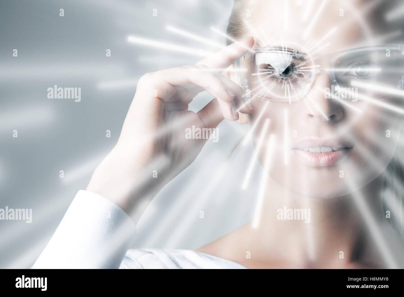 Frau in virtual-Reality-Brille und Hologramm-Strahlen Stockfoto