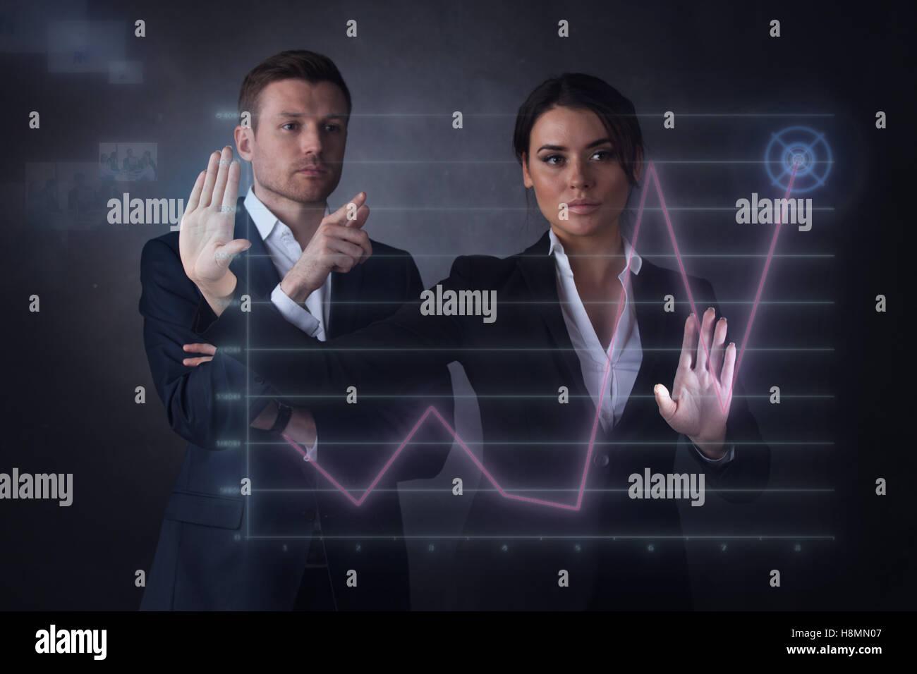 Geschäftsleute, die ein Diagramm anzeigt Wachstum auf dem virtuellen Display zu berühren Stockbild