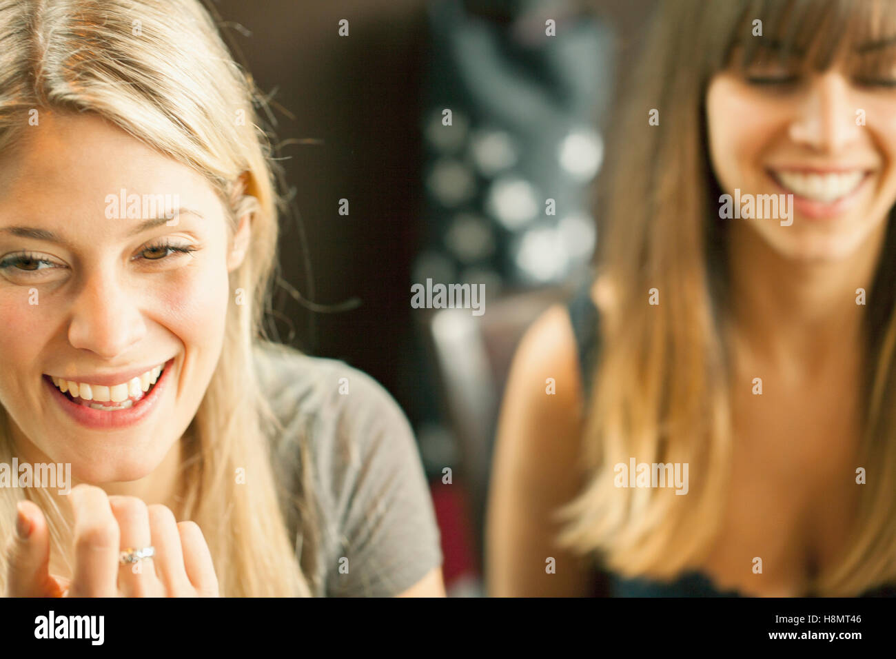 Zwei blonde Frauen lachen Stockbild
