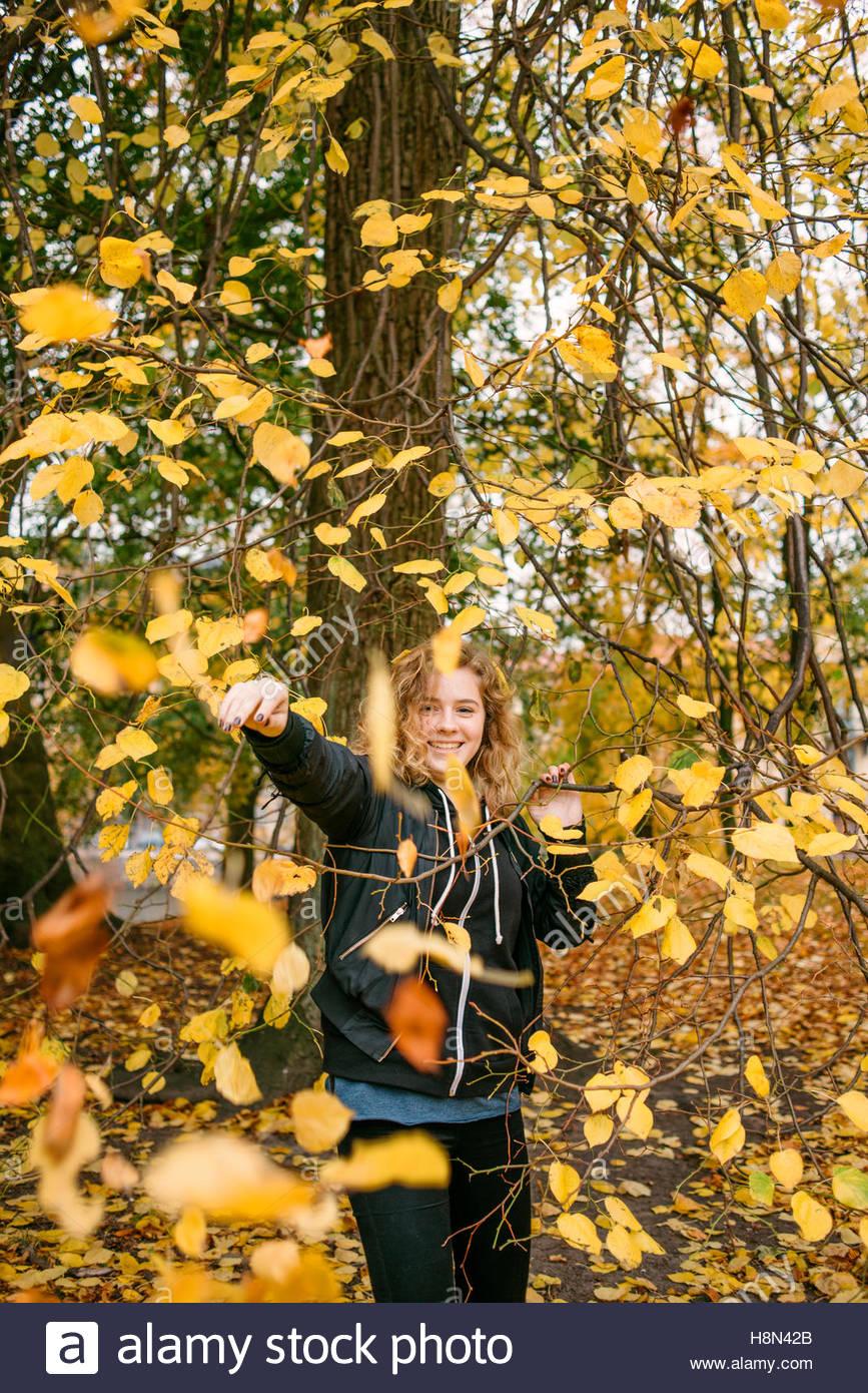 Blätter fallen auf Mädchen im Park (16-17) Stockbild