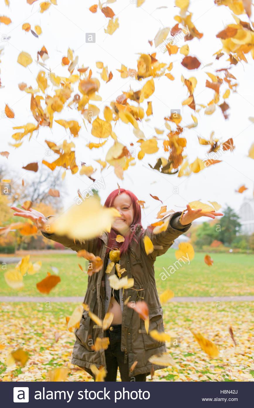 Blätter fallen auf Mädchen im Park (10-11) Stockbild