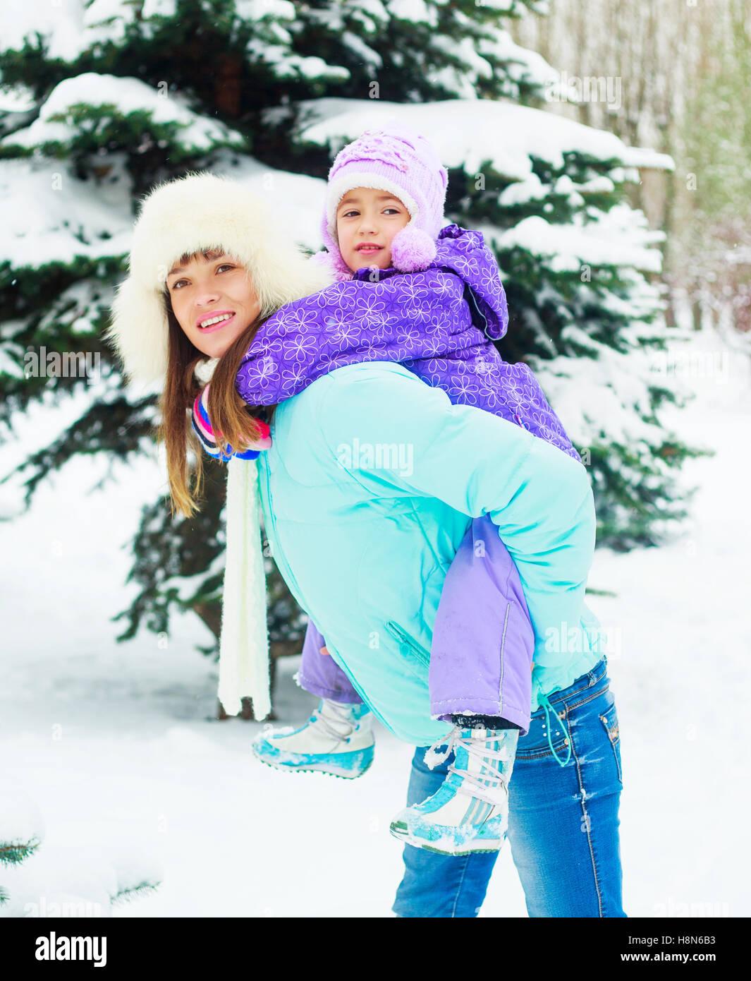 glückliche Mutter und Tochter im Winter park Stockbild