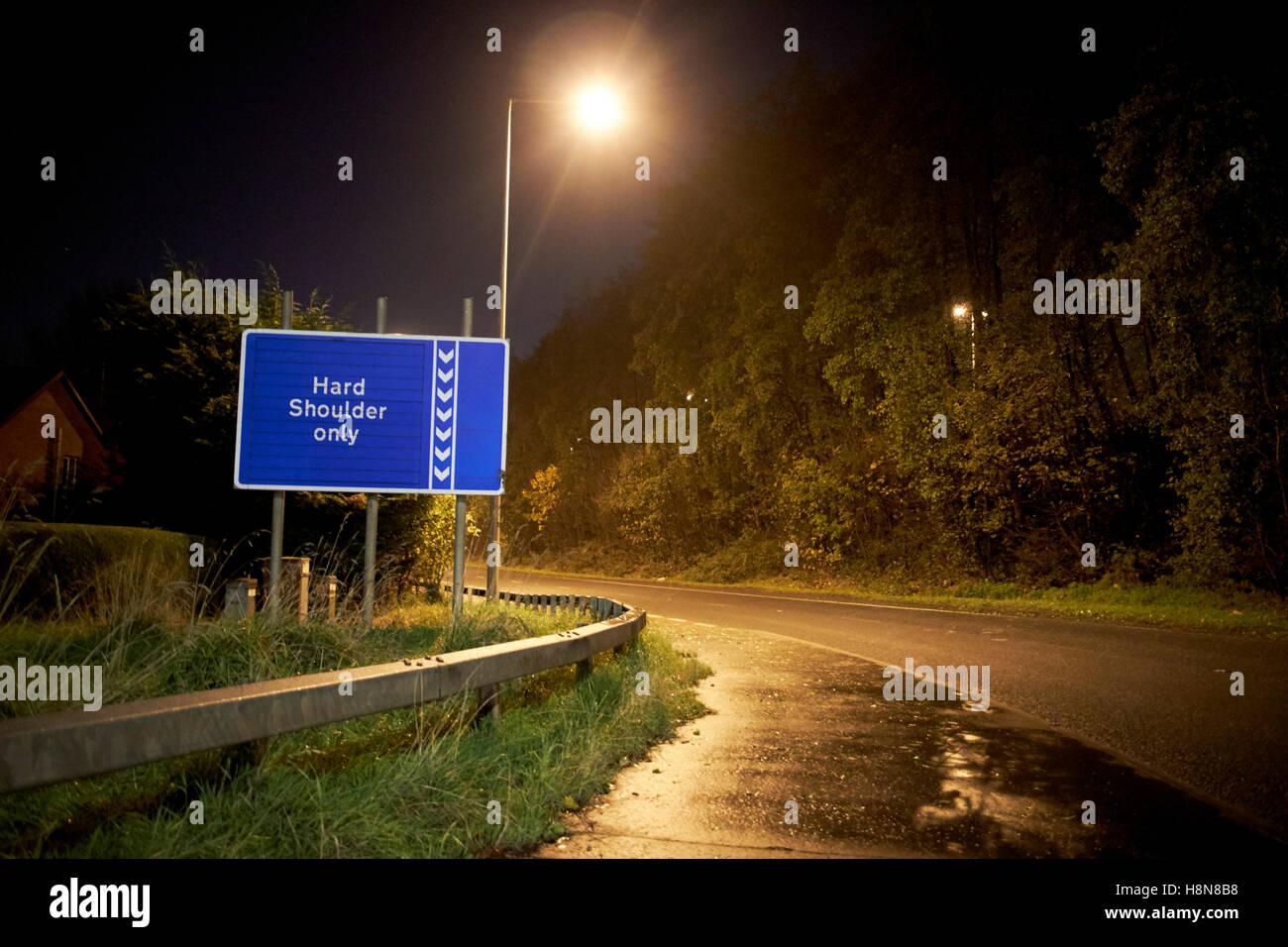 leere Autobahn auf Zettel in der Nacht auf den M2 Herzinfarkt Nordirland Vereinigtes Königreich Stockbild