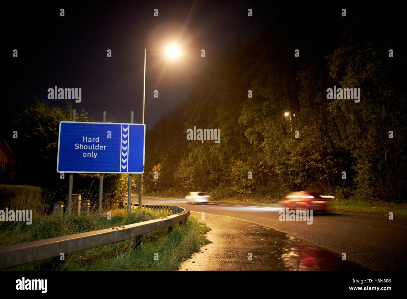 Autos auf der Autobahn auf Zettel in der Nacht auf den M2 Herzinfarkt Nordirland Vereinigtes Königreich Stockbild