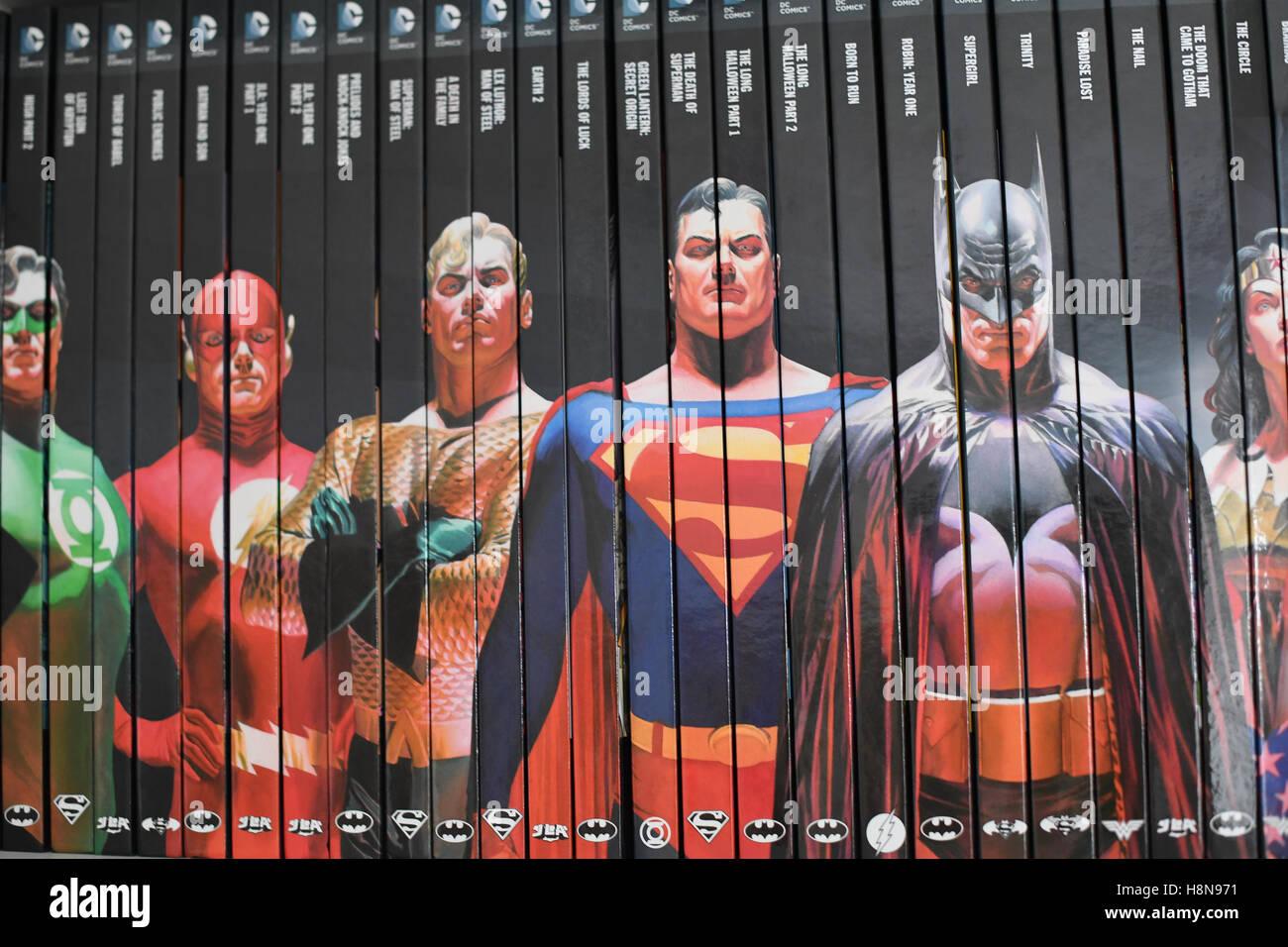 DC Roman Graphiksammlung, Grapchic Romane auf einem Bücherregal Stockbild