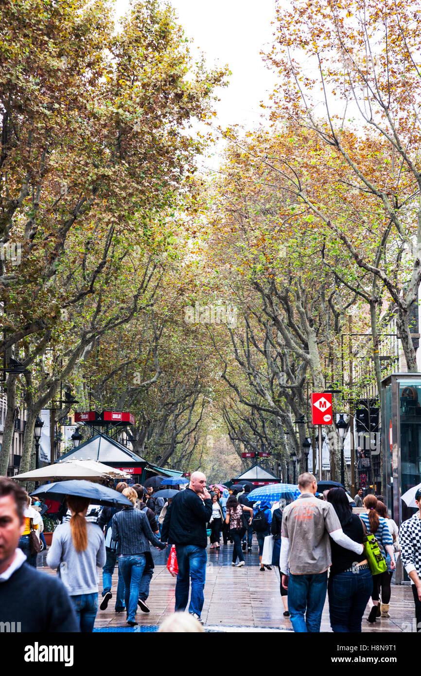 Les Ramblas La Rambla in Barcelona Spanien-Touristen gehen über ihr Geschäft zwischen der Allee von Bäumen Stockbild