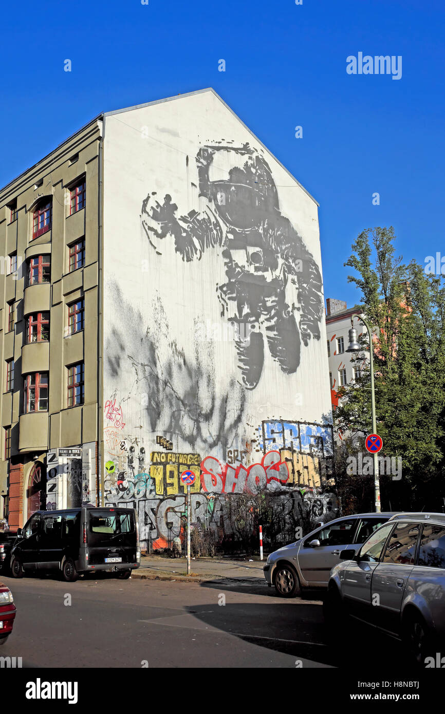 Astronaut Spaceman schwebend im Raum an der Seite einer Hauswand in Kreuzberg Berlin, Deutschland EU KATHY DEWITT Stockbild