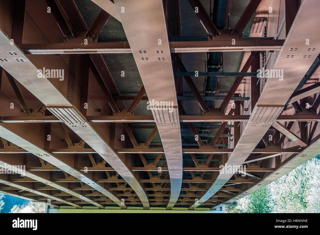 Ein Blick von unten eine Brücke, die Green River in Kent, Washington überquert. Stockbild