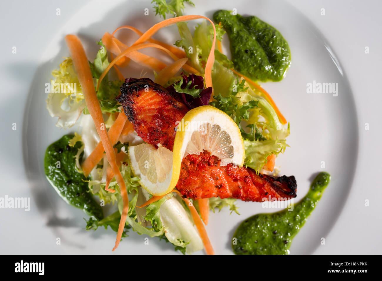nepalesische k che gericht aus huhn serviert mit salat und einer scheibe zitrone auf einem. Black Bedroom Furniture Sets. Home Design Ideas