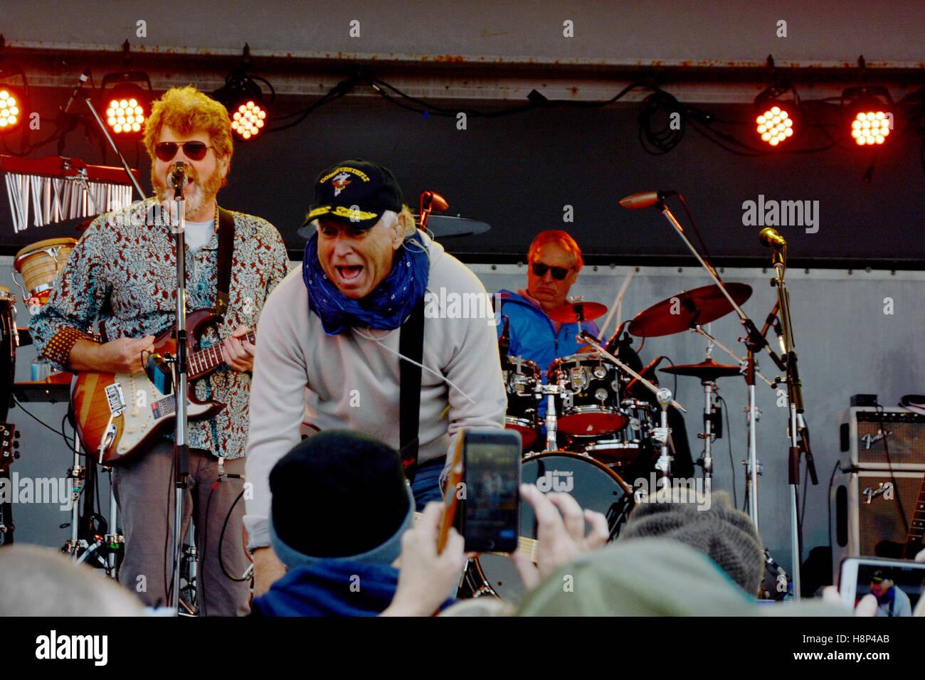 Sänger Jimmy Buffett und die Coral Reefer Band wirft ein Plektrum in ...