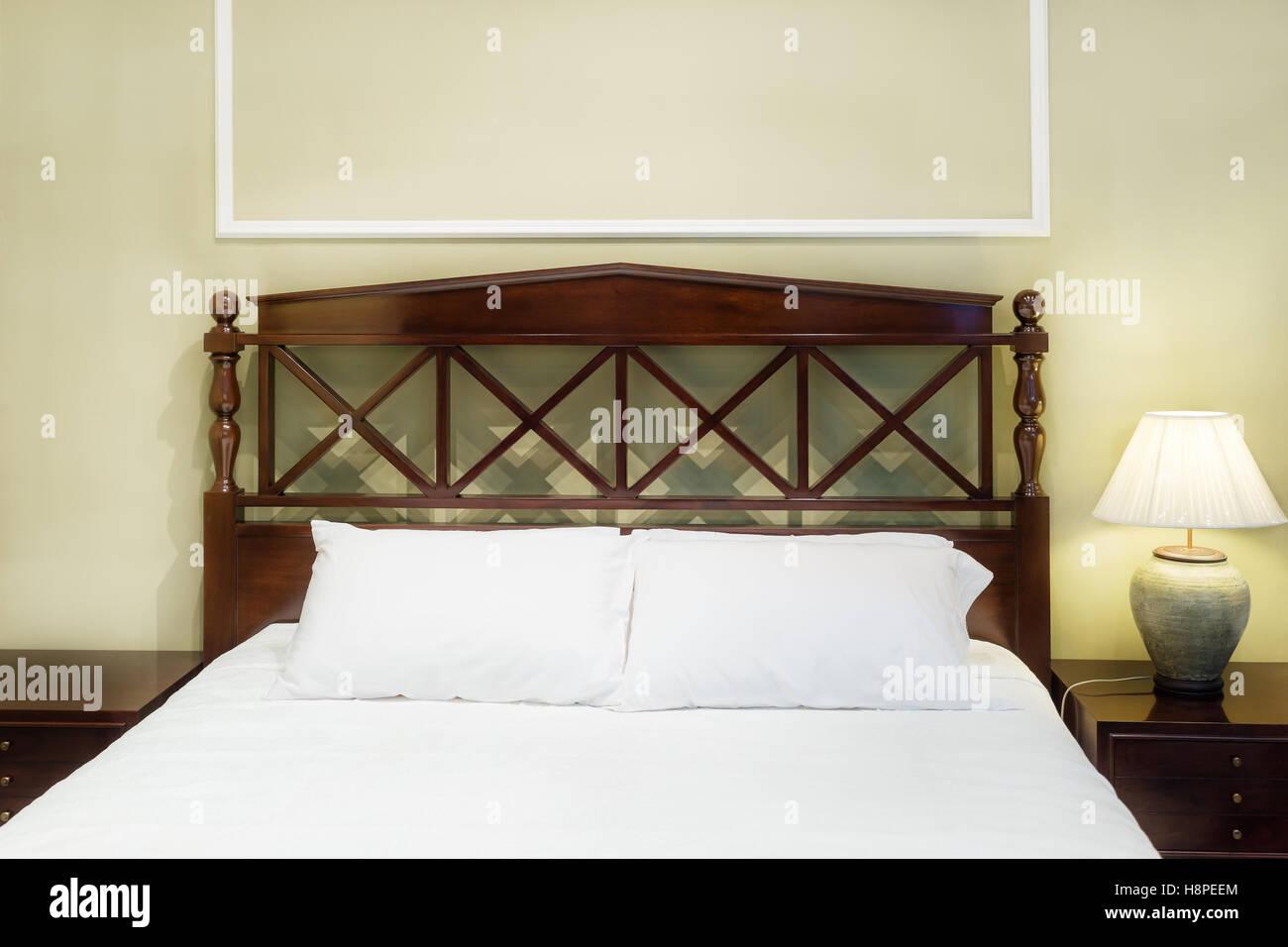 schlafzimmer innenraum mit bett und kissen fur gemutliches zuhause in modernem design vintage schlafzimmer