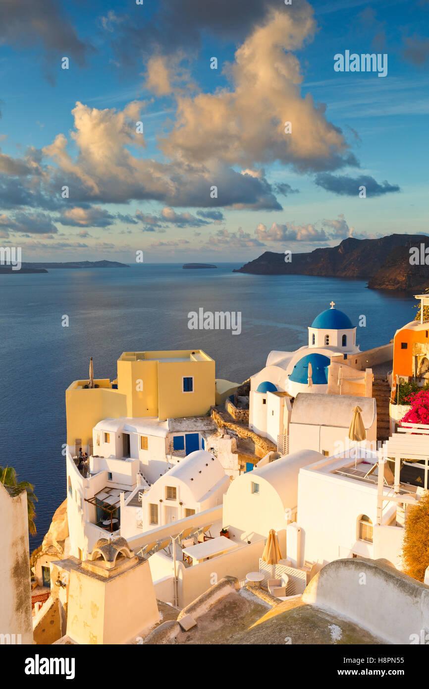 Blick auf Dorf Oia auf Santorin in Griechenland. Stockbild