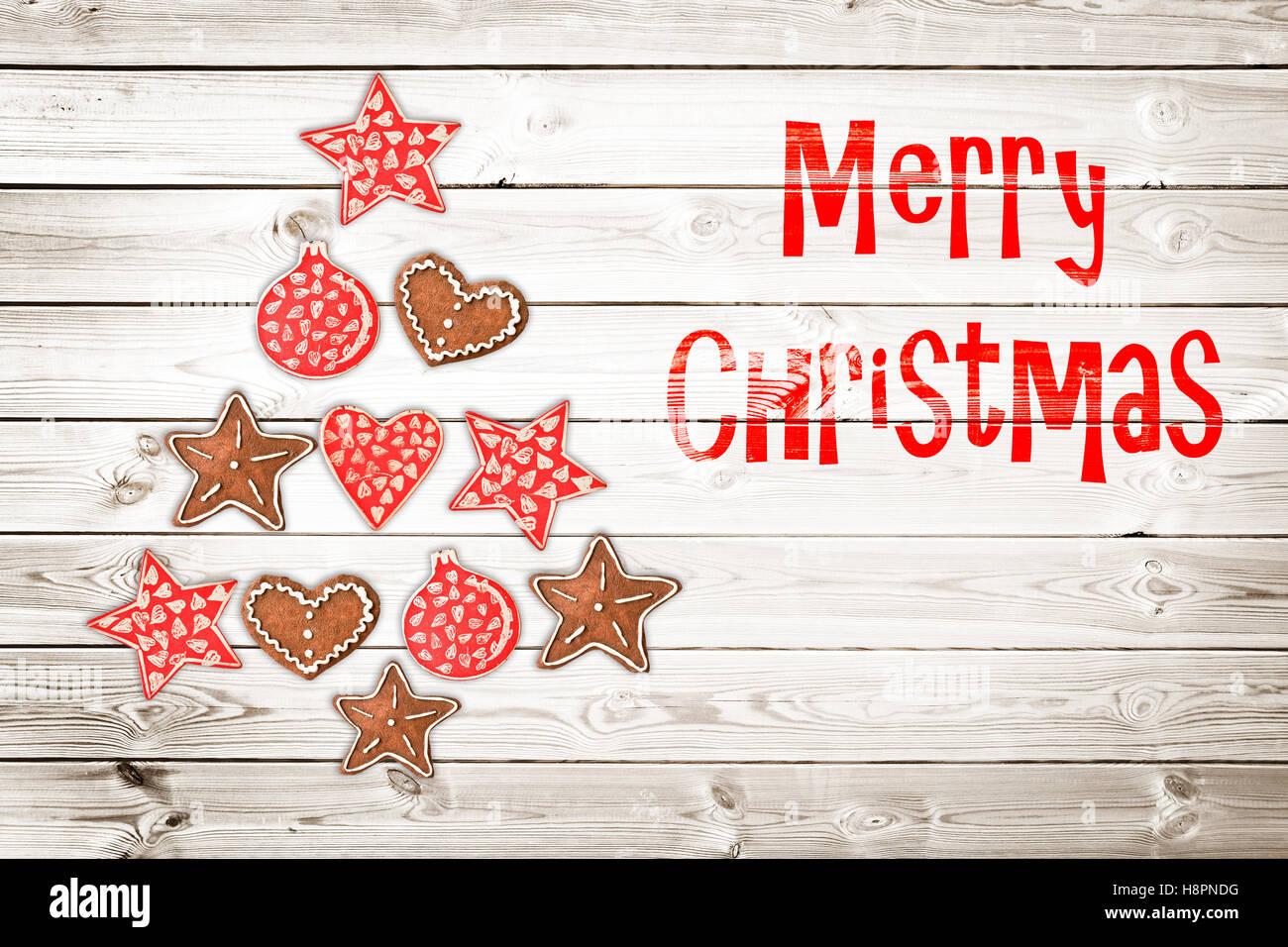Weihnachtsgrußkarte, rustikale Ornamente auf Holzplanken Hintergrund erstellen der Form eines Weihnachtsbaumes Stockbild