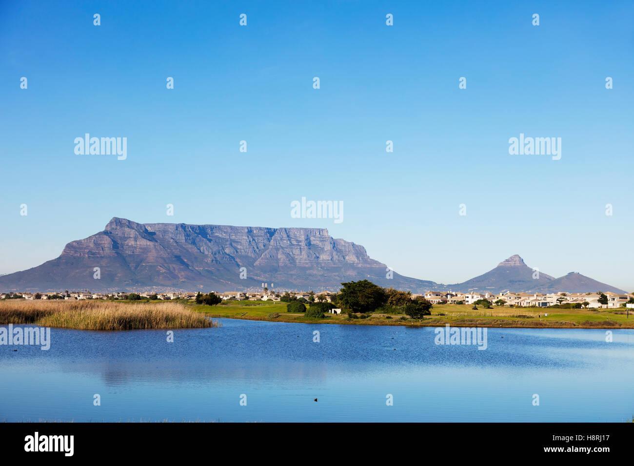 Südafrika, Western Cape, Kapstadt, Tafelberg und Woodbridge Island Leuchtturm Stockbild