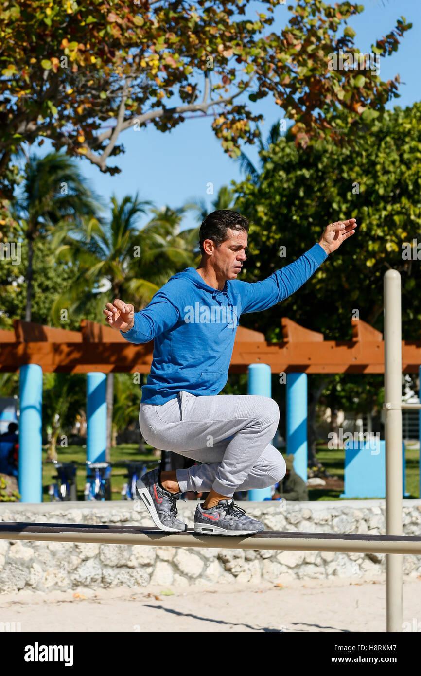 Miami Beach, Florida.  Mann Guthaben auf Arbeit Lichtstrahl am Südstrand Stockbild