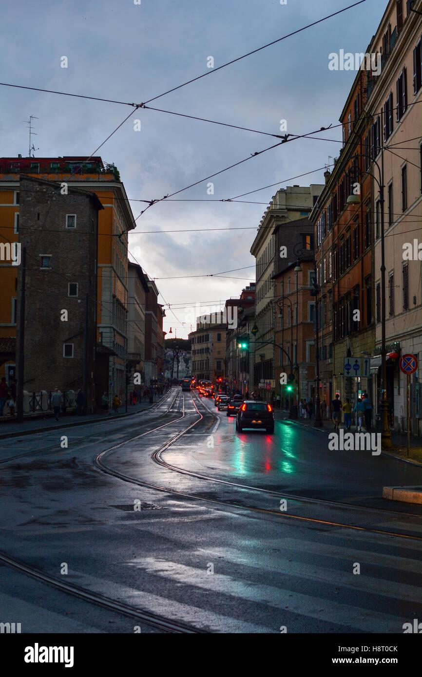 Stadtlandschaft von einer nassen nicht befahrenen Straße in Rom in der Abenddämmerung Stockbild