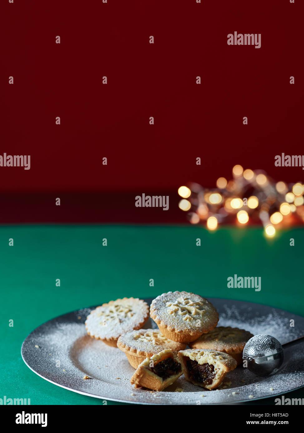 Mince Pies und Weihnachtsbeleuchtung Stockfoto