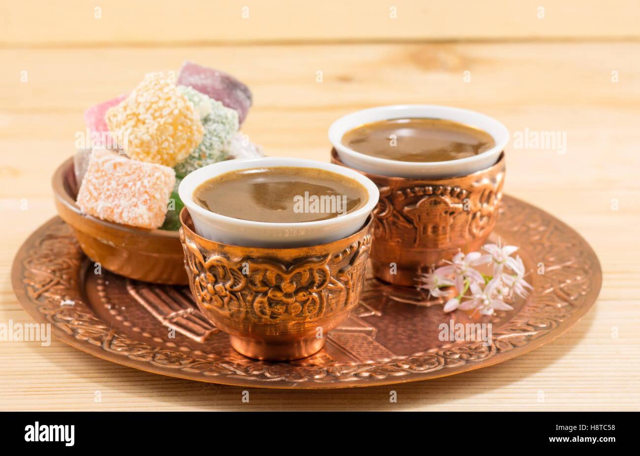 Kaffee und Turkish Delight in Kupfer Küchenutensilien Stockfoto ...