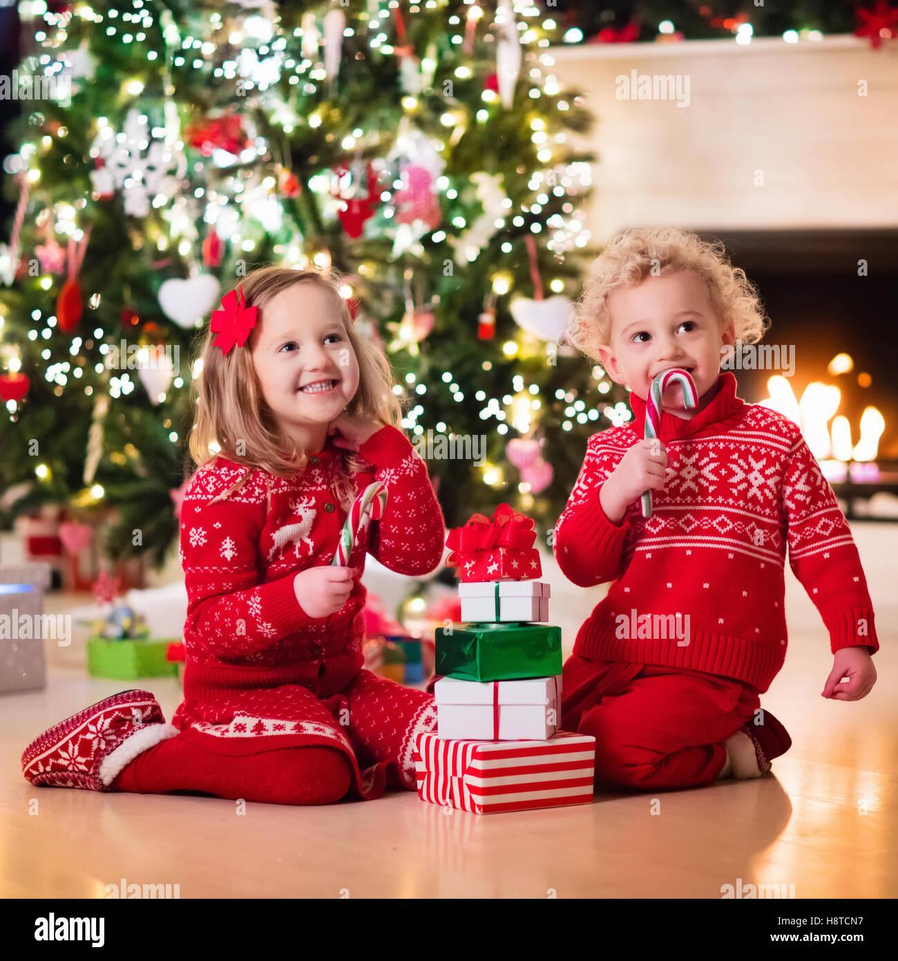 Familie Am Heiligen Abend Am Kamin Kinder Weihnachten Geschenke Zu