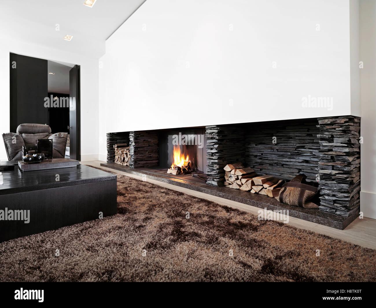Wunderbar Modernes Wohnzimmer Mit Großem Kamin Mit Schwarzen Möbeln