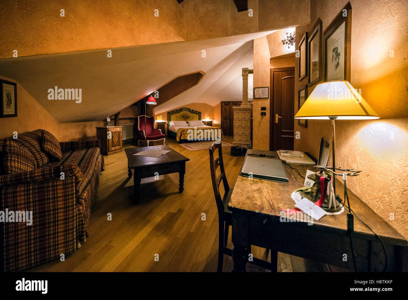 Interno di Una Suite del Romantik Hotel Villa Novecento ein Courmayeur. | Innenraum einer Suite von Romantik Hotel Stockbild