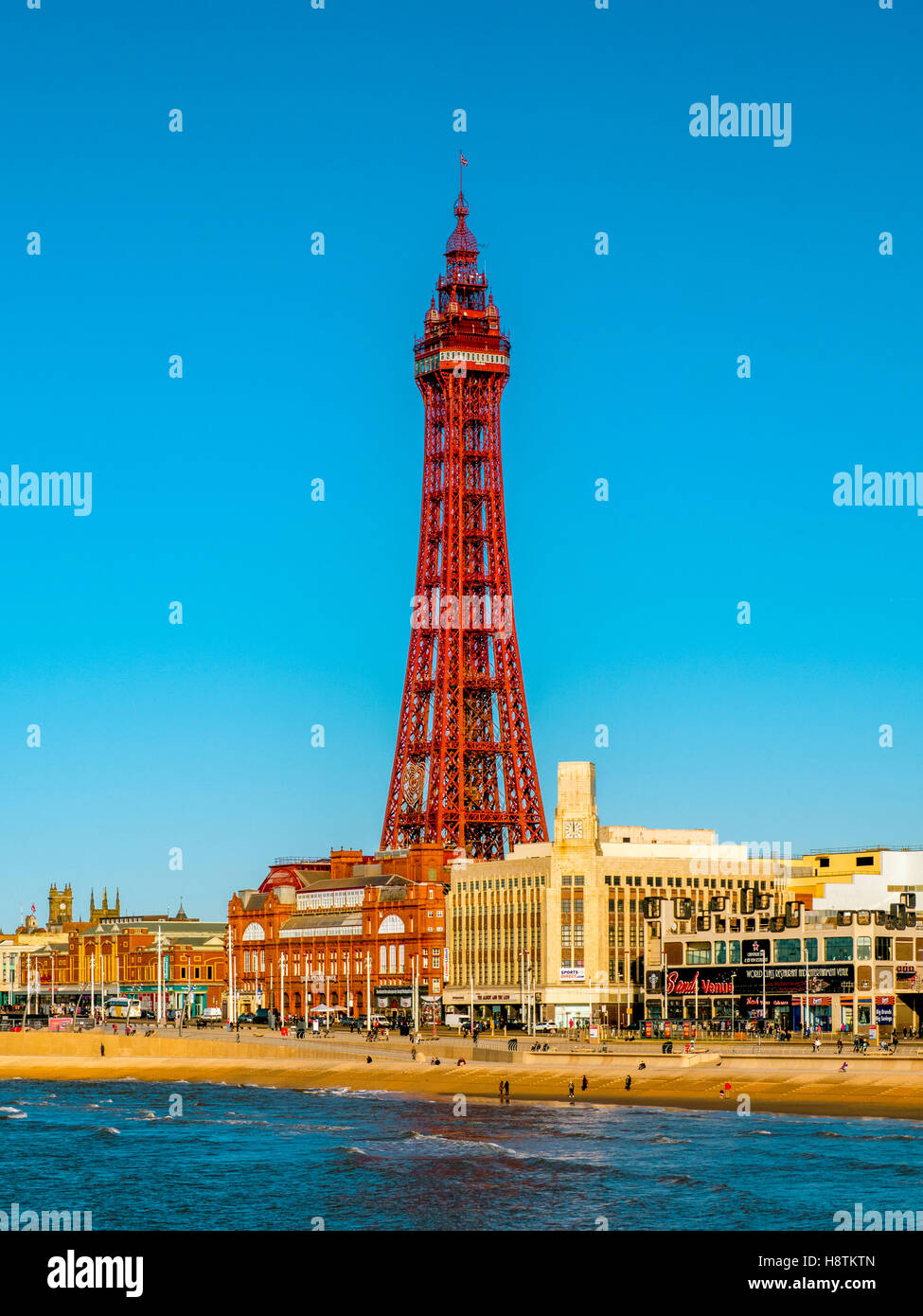 Blackpool Tower und Promenade, Blackpool, Lancashire, UK. Stockbild