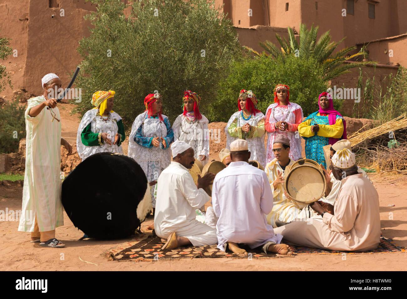 Berber Leute In Der Hochzeitszeremonie Mit Ihrer Tracht Tanzen Sie