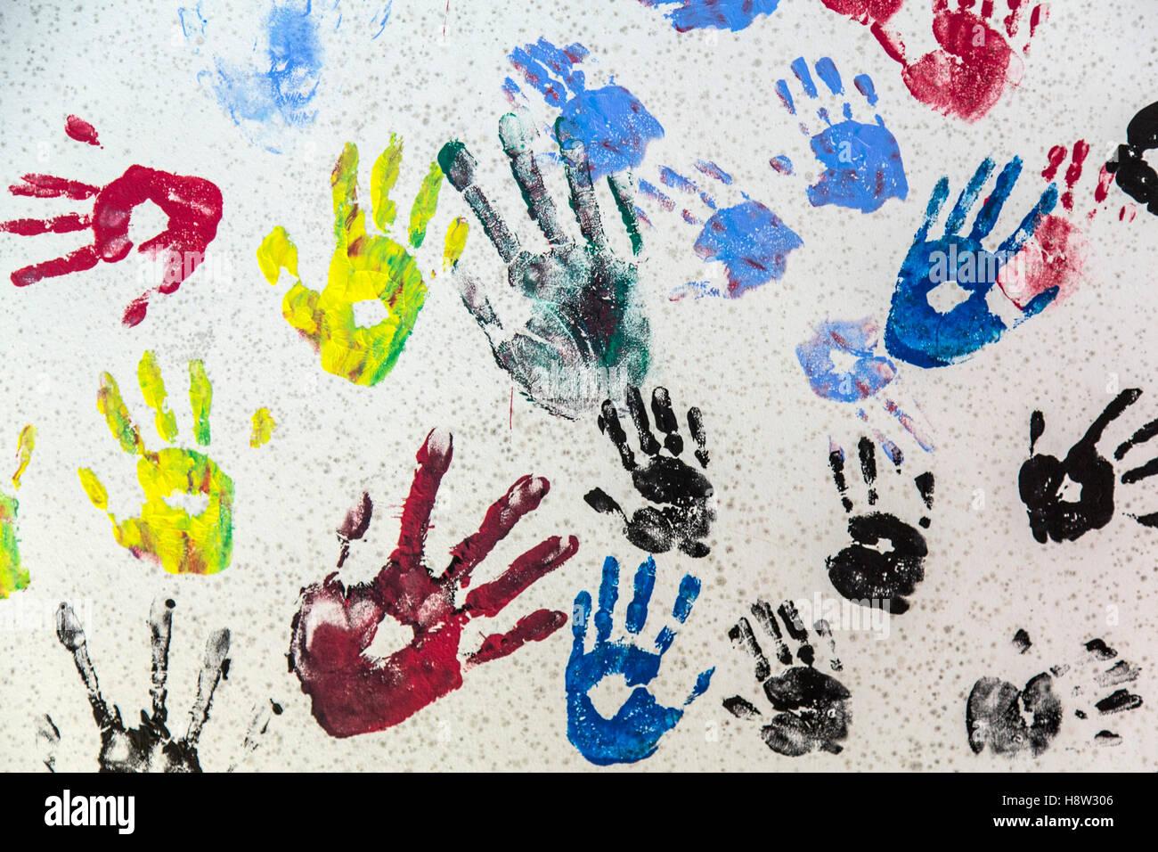 Viele Verschiedene Hand Druckt Auf Einer Wand Farben Klein Groß
