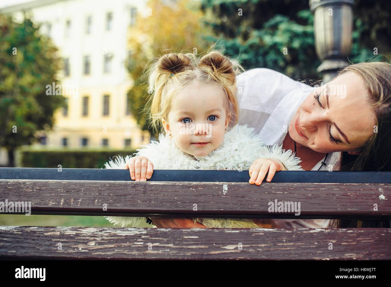 Mutter und Tochter in einem park Stockfotografie - Alamy