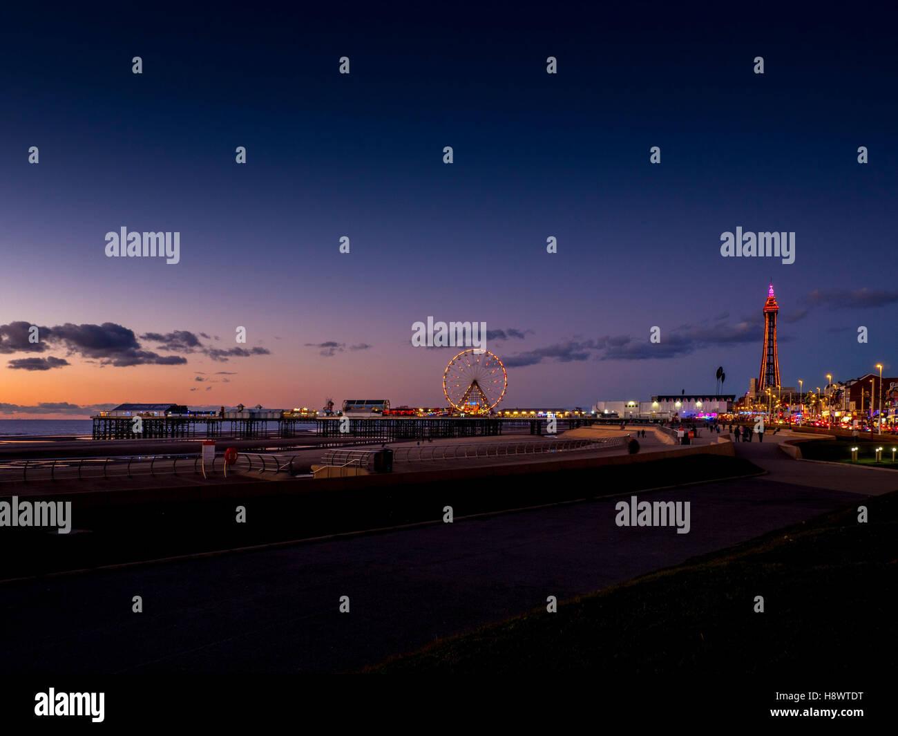 Blackpool Tower, Central Pier, Promenade und Illuminationen, Abend, Blackpool, Lancashire, UK. Stockbild
