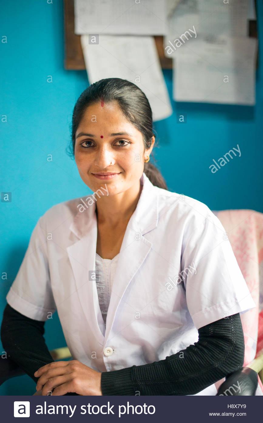 Porträt einer lächelnden Krankenschwester im Hospital in Nepal. Stockbild
