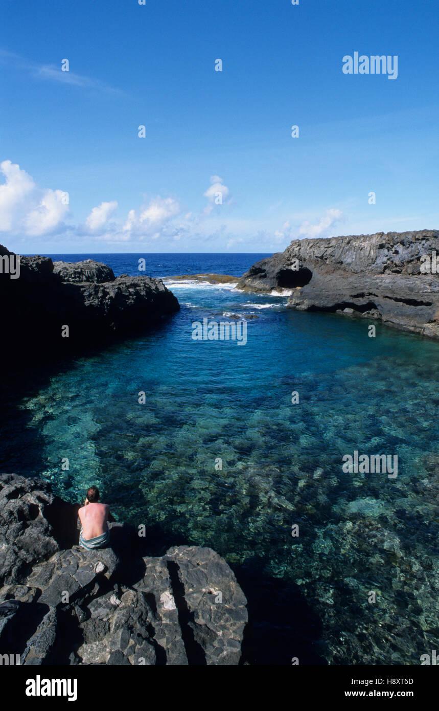 Ocean pool Charco Manso, Mann von hinten, Ruhe, Gelassenheit, Outlook, Hierro, Kanarische Inseln, Spanien, Europa Stockbild