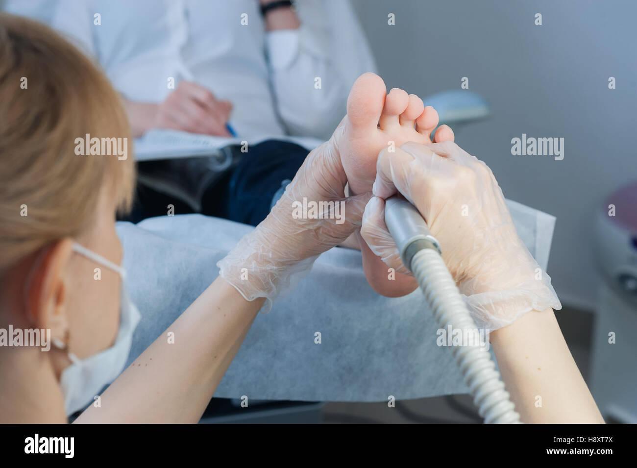 professionelle Nagel Techniker Schleifen Nägel mit Maschine Stockbild