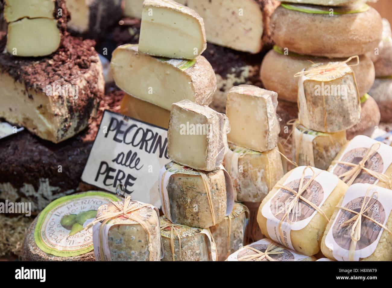 Typische Käse auf Verkauf im Alba weiß Trüffelmesse in Alba, Italien Stockbild