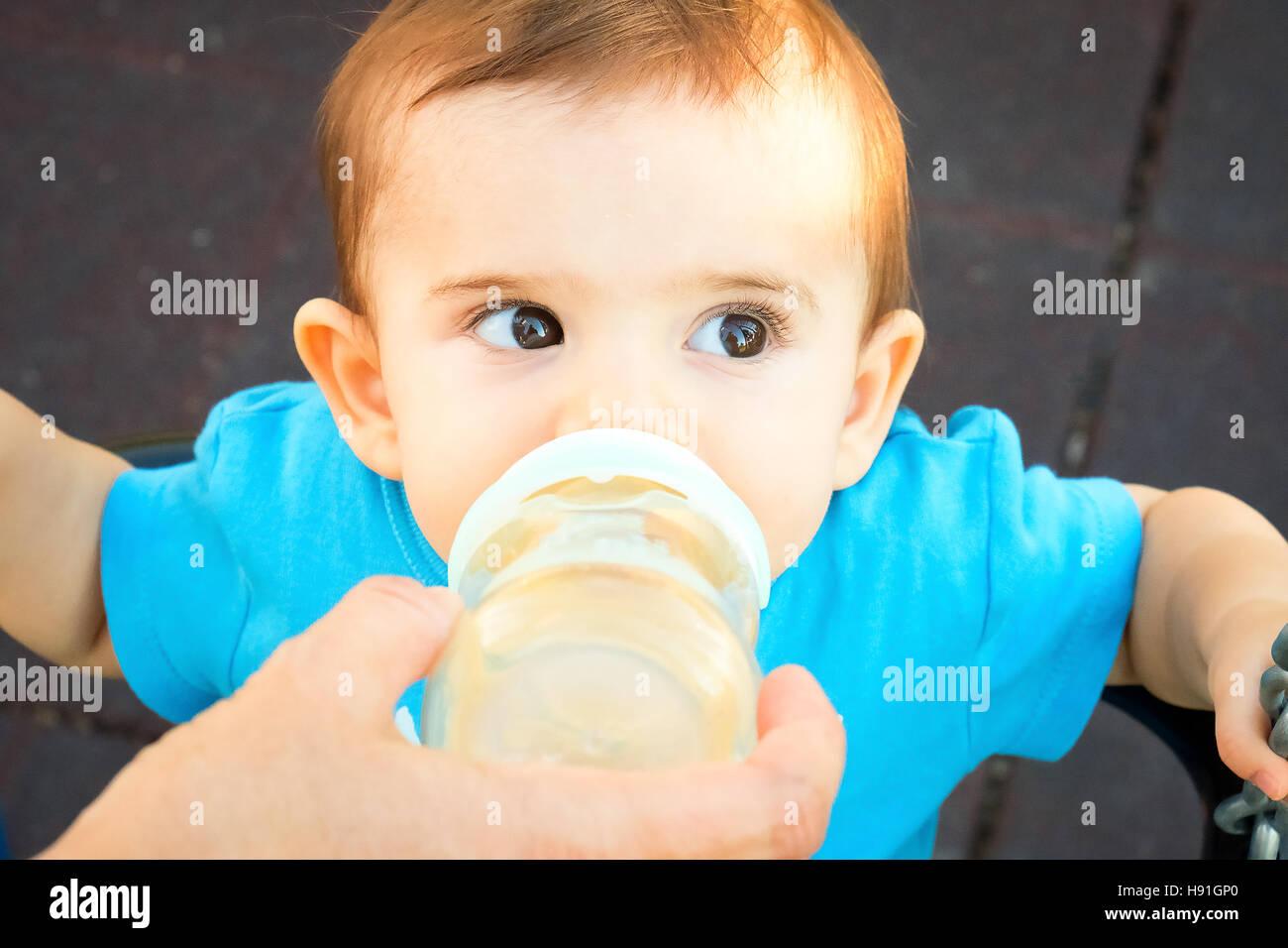 neugeborenes Baby Babyflasche zu geben Stockbild