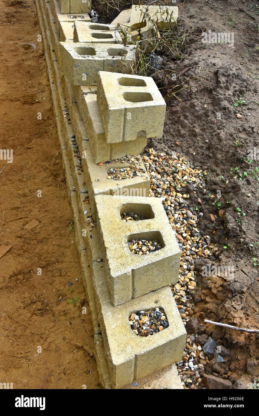 UK Trockenbau Beton Hohlblocksteine bildet Grenze Zaun Stützmauer des neuen Haus angrenzenden Nachbarn Eigenschaft Stockbild