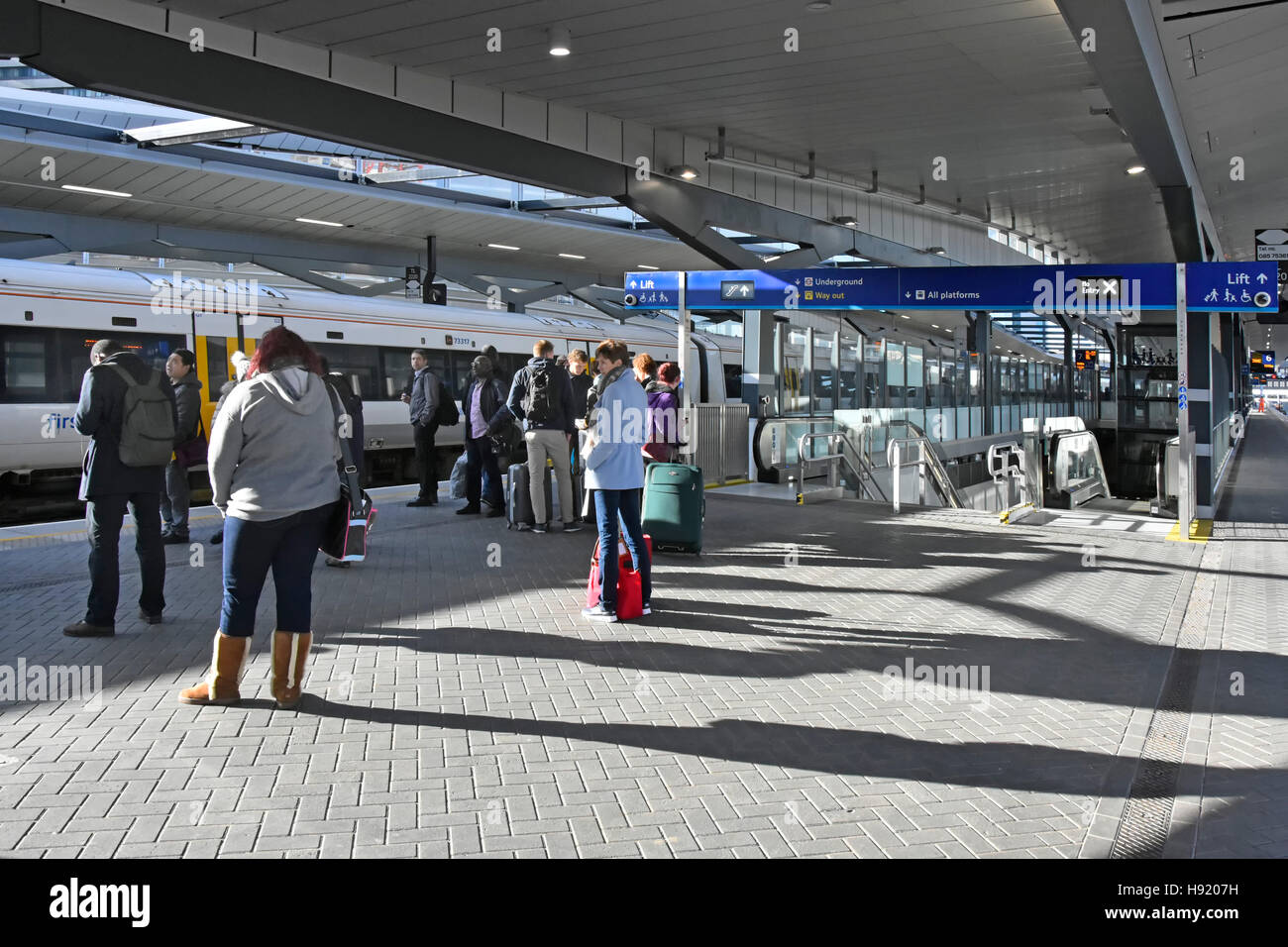 Warten auf die Plattform für Pendler trainieren auf renovierte Plattformen am Bahnhof London Bridge Bestandteil Stockbild