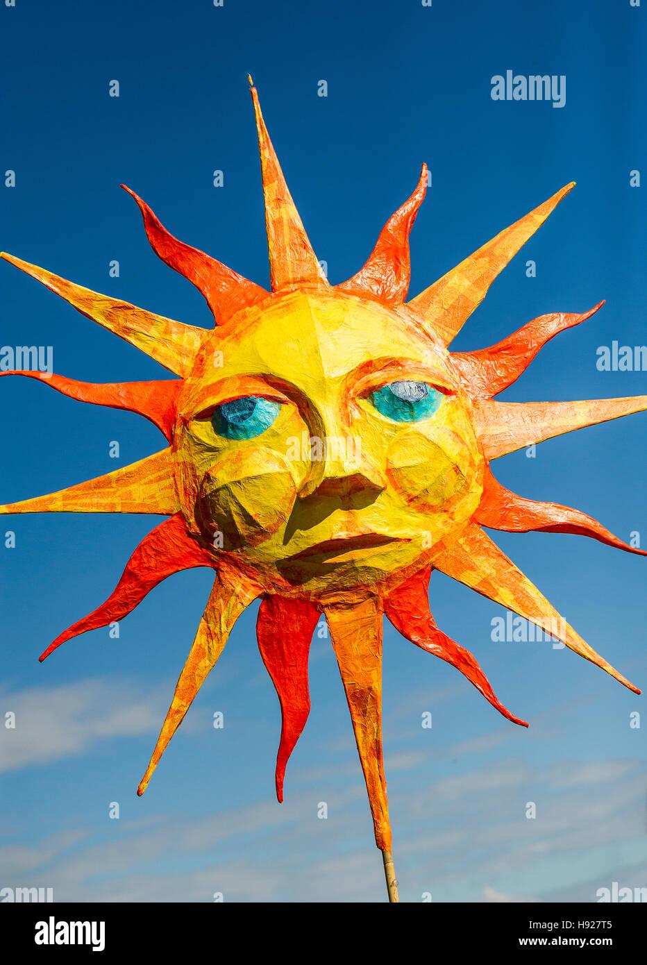 Ein papier Pappmaché-Darstellung der Sonne in der Penryn-Festival in Cornwall. Stockbild