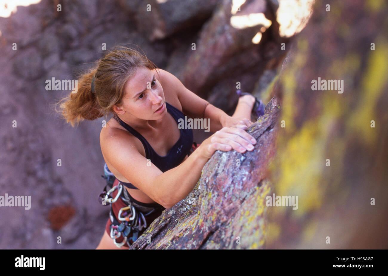 Frau Klettern Klippe, Boulder CO Stockbild