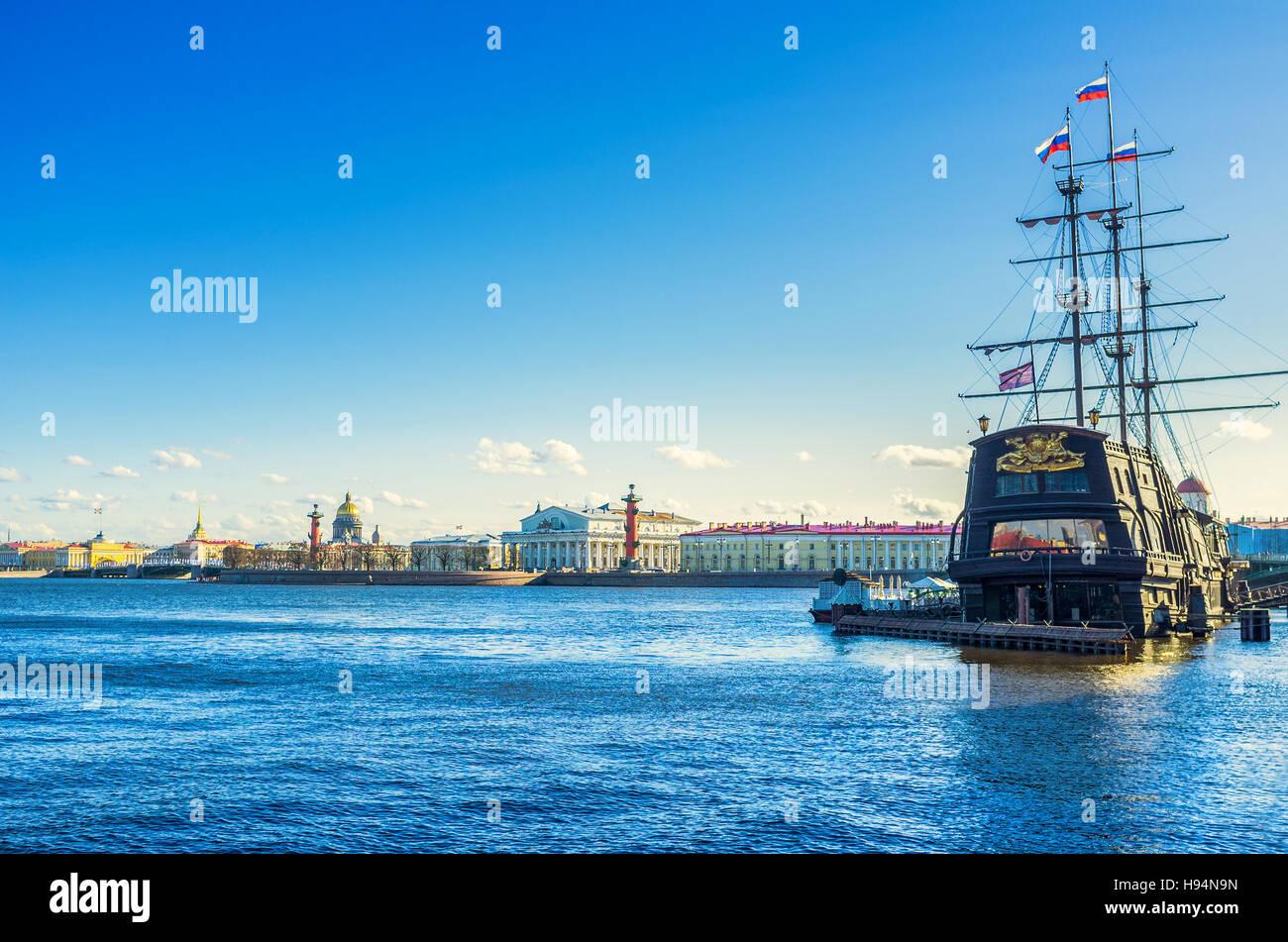 Das mittelalterliche Schiff sieht harmonisch in alten Sankt Petersburg Stockbild