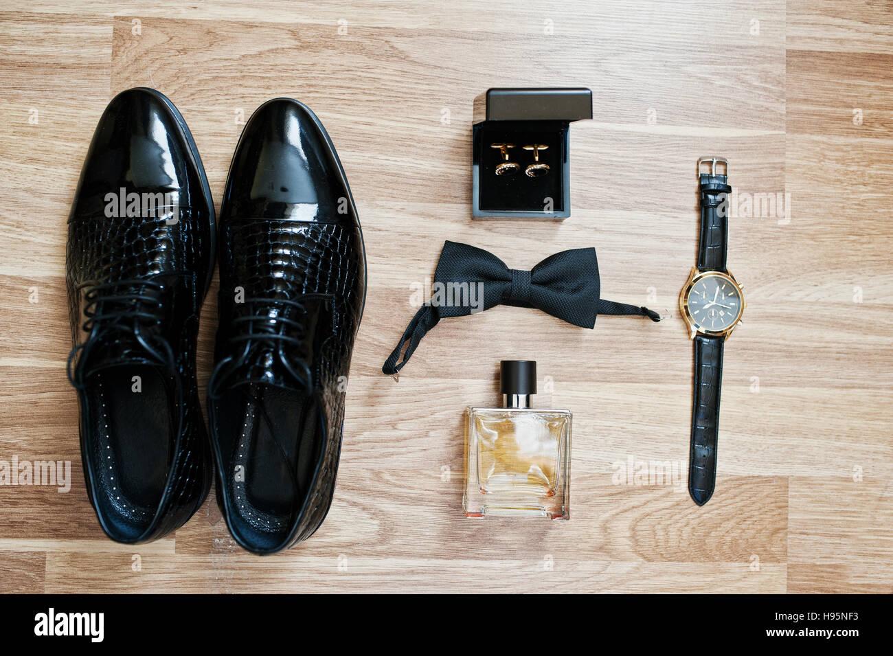 2d32918396 Satz von trendige Herren Kleidung und Accessoires. Festlegen Sie Bräutigam-Krawatten,  Schuhe, Manschettenknöpfe, Uhren und Parfum auf hölzernen Hintergrund