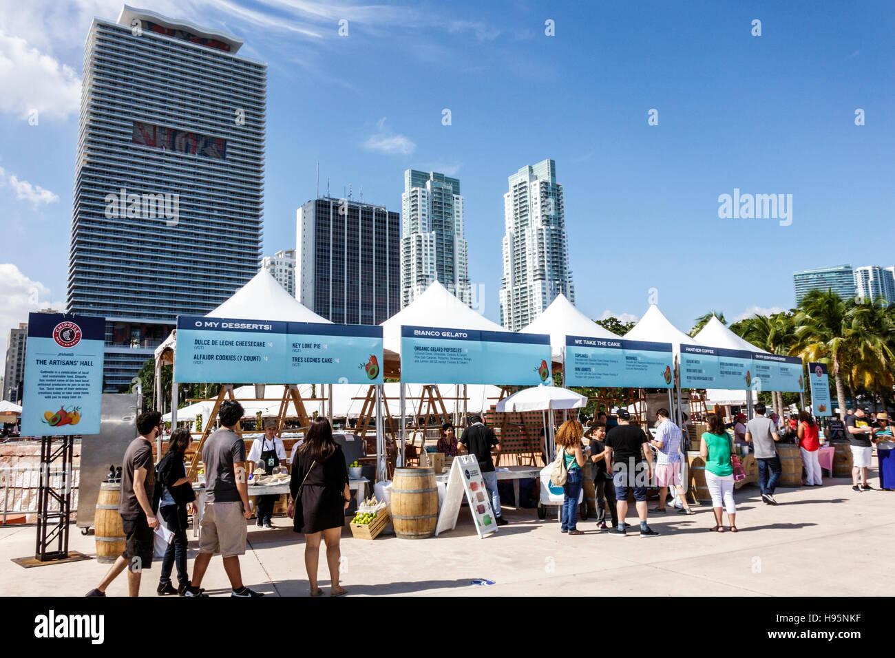 Miami Florida Bayfront Park Chipotle Festival Anbieter stände Kultivieren Stände desserts Hochhaus condominiums Stockbild