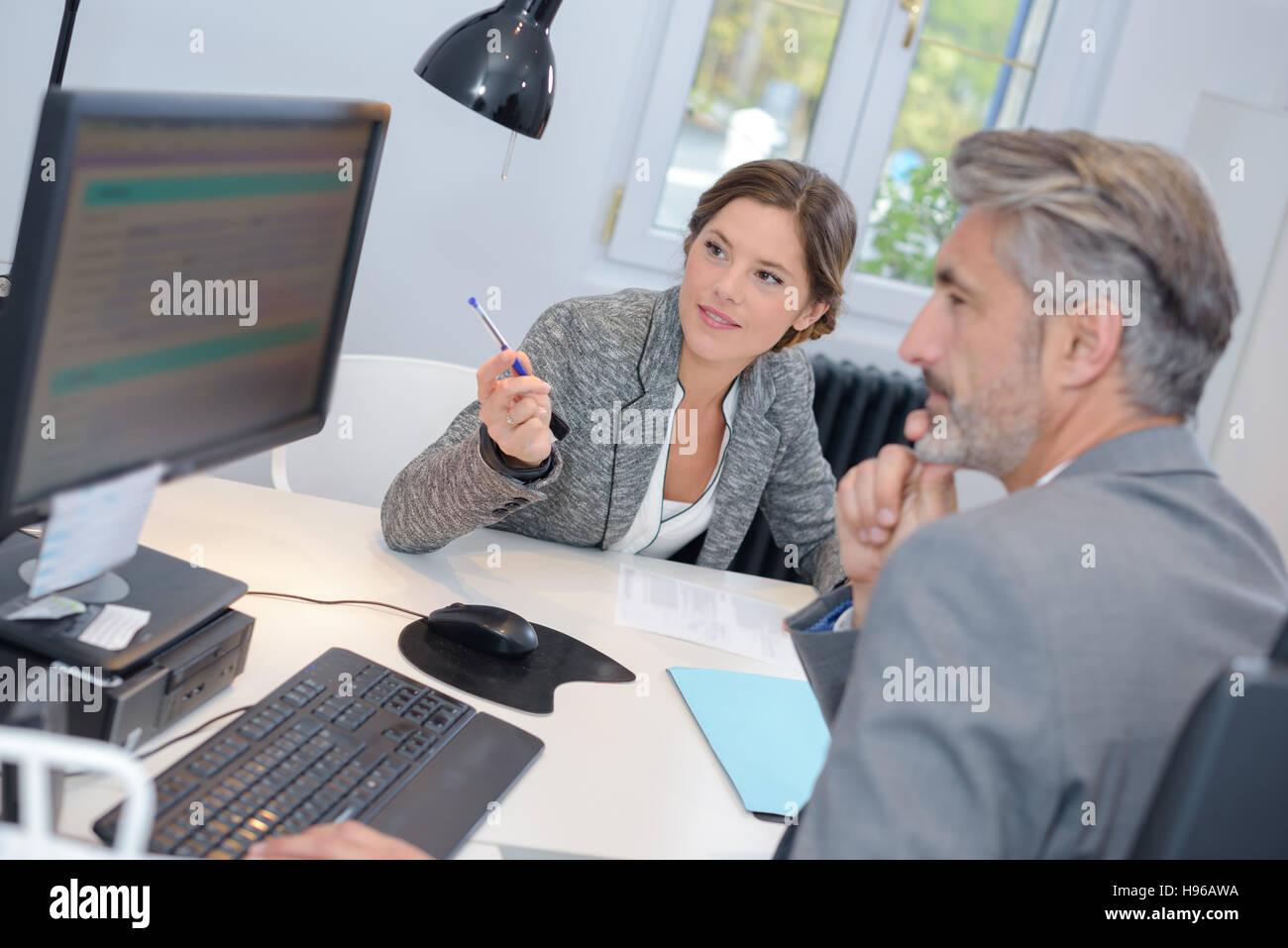 Mann mit einem Finanzberater bei der bank Stockfoto
