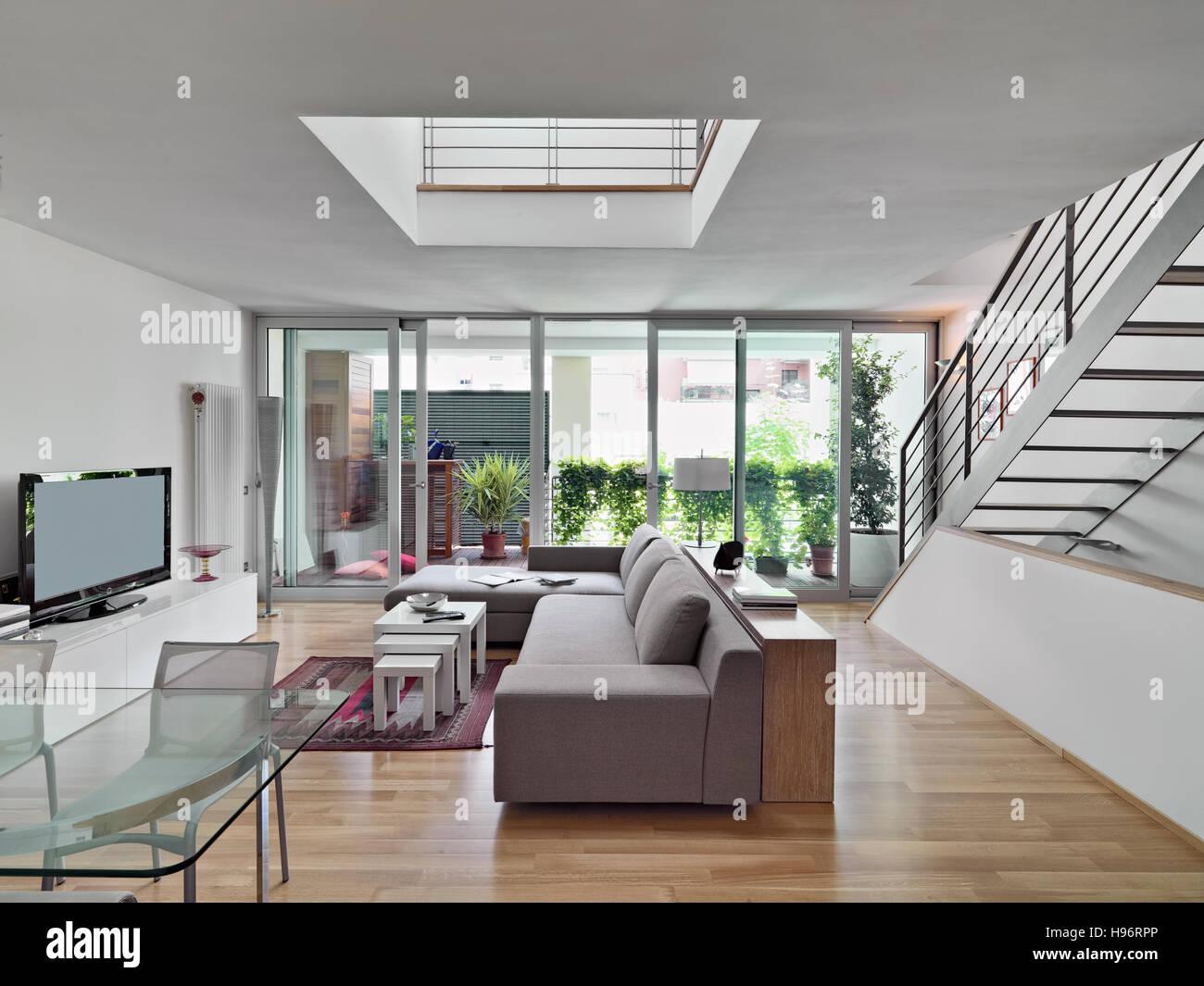 Innenansicht aus einem modernen Wohnzimmer mit Stoff Sofa mit Blick ...