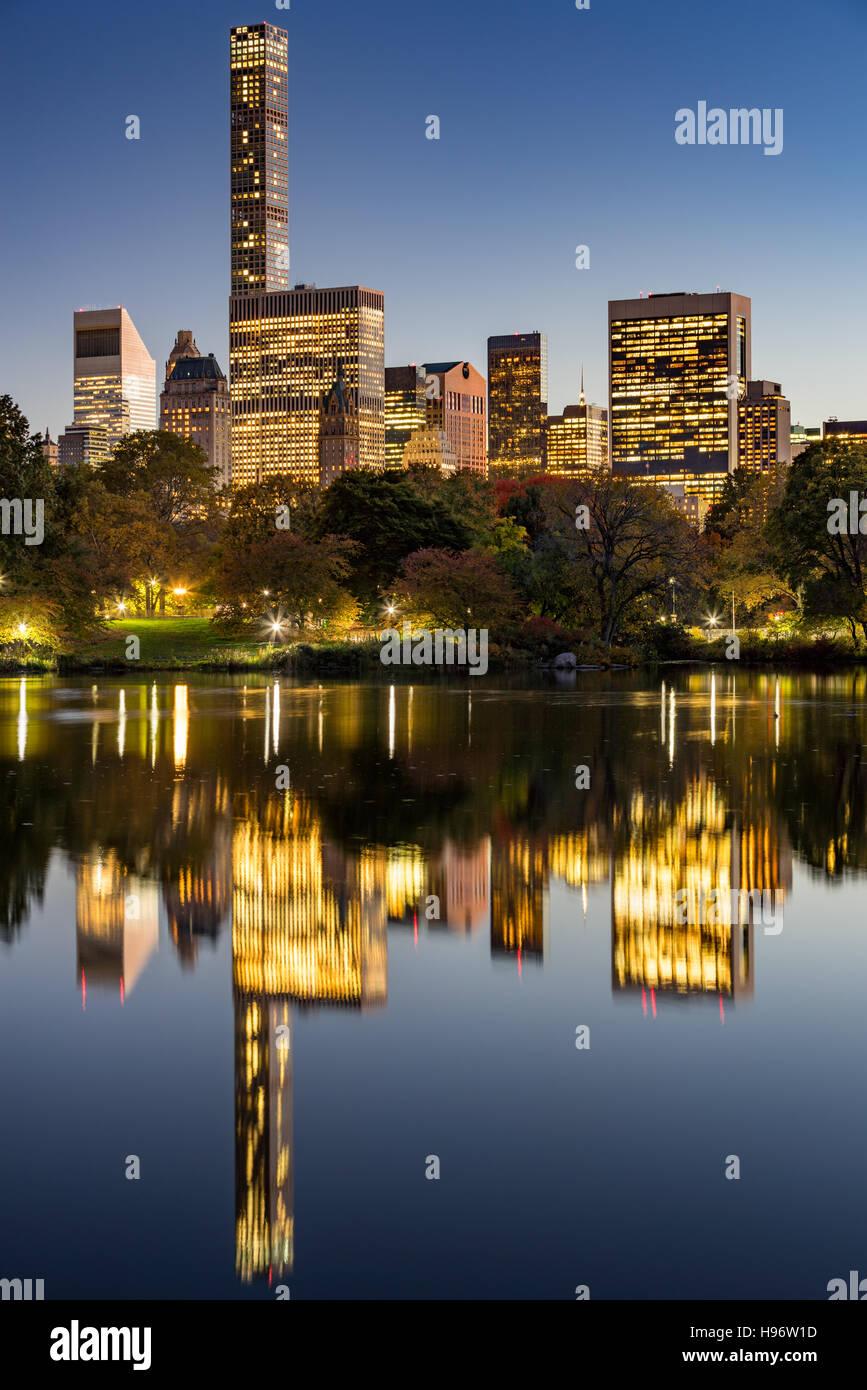 Der See im Central Park in der Dämmerung mit Lichter von New York City und Manhattan Midtown Wolkenkratzer Stockbild