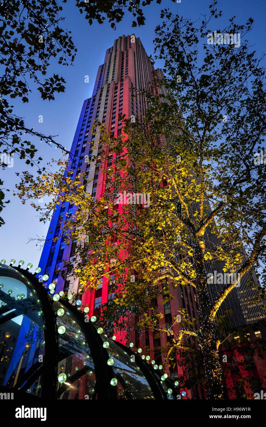 Rockefeller Center bei Dämmerung in rot, weiß und blau beleuchtet. Midtown Manhattan, New York City Stockbild