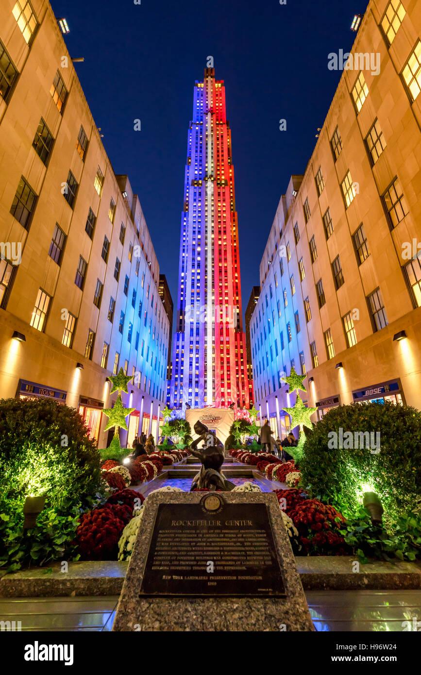 Rockefeller Center in der Dämmerung in weiß, rot und blau beleuchtet. Midtown Manhattan, New York City Stockbild