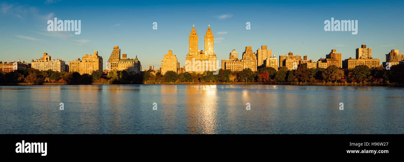 Fallen Sie im Central Park an der Jacqueline Kennedy Onassis Reservoir. Herbstlaub auf der Upper West Side in New Stockbild