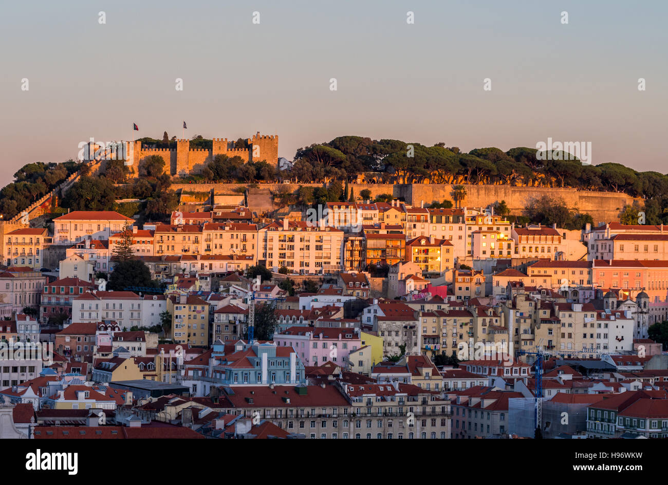 Stadtbild von Lissabon, mit dem Sao Jorge Castle von Miradouro Sao Pedro de Alcantara bei Sonnenuntergang gesehen. Stockbild