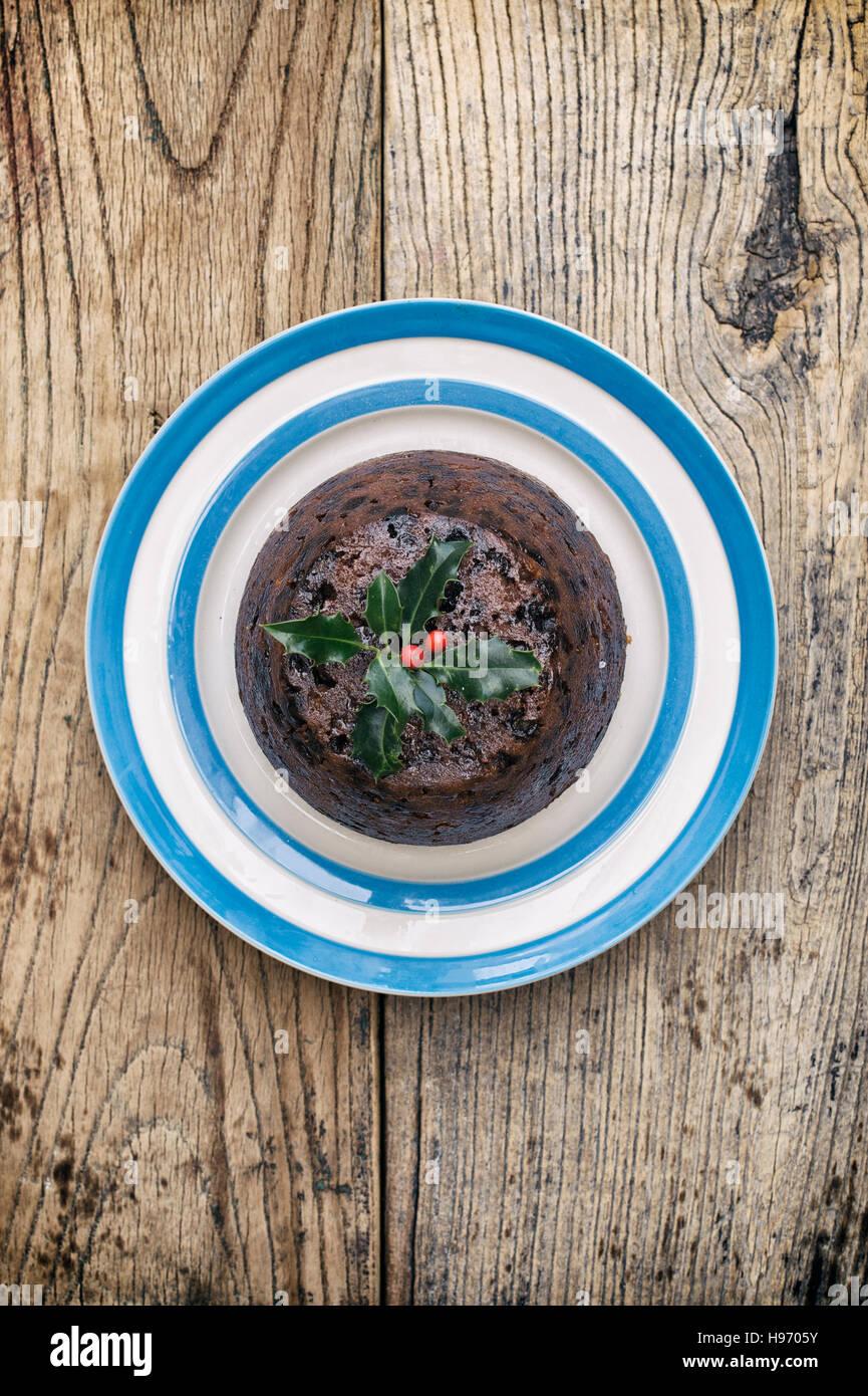 Christmas Pudding auf einer Platte von oben Stockbild